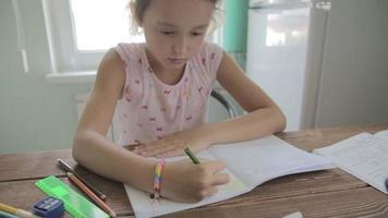 la ragazza sta facendo i compiti per la scuola elementare.