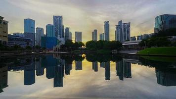 lapso de tempo do amanhecer nebuloso no centro da cidade de Kuala Lumpur
