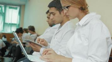 participantes de la conferencia para médicos jóvenes