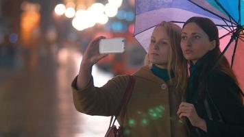 Freundinnen nehmen Selfie auf Smartphone video