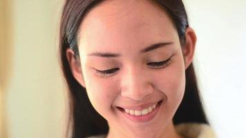 feche o rosto de estudante asiático com emoção feliz com a aprendizagem
