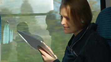 mulher mantendo contato no caminho video