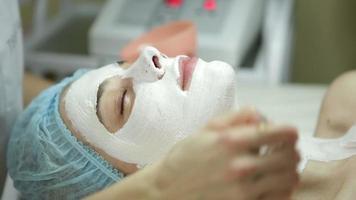 Gesichtsbehandlungen im Schönheitssalon