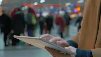 mujer escribiendo en tablet pc
