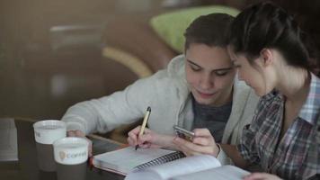 lo studente scrive un esempio matematico. video