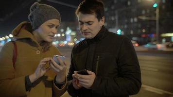 amis avec smartphones