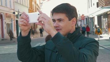 männlicher Tourist, der Fotos von Tallinn Straßen macht