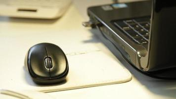 Frau, die zu Hause mit Laptop-Maus arbeitet