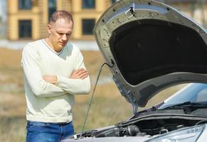 hombre y carro foto