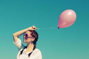 mujer joven, ambulante, en la playa, con, globos rosados foto
