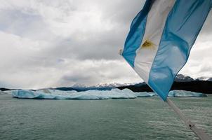 bandeira argentina em frente a icebergs flutuantes, patagônia (argentina)