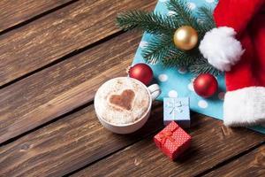 taza y caja de regalo con burbujas navideñas foto