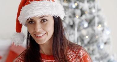 Sonriente joven hermosa en un sombrero de santa foto