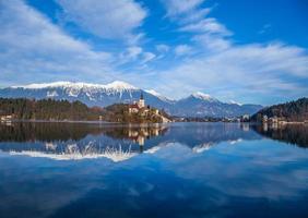 Lago Bled de otoño con barcos, Eslovenia foto