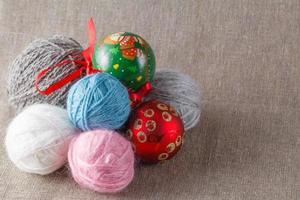 Ovillo de color con bolas de navidad