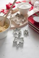 Escena de cocina de galletas de cocina de Navidad. foto