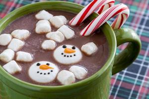 chocolate caliente con dulces y galletas foto