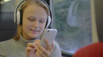 mulher ouvindo música e escrevendo mensagens video