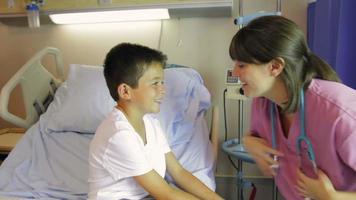 Doctora examinando al niño en la cama de un hospital