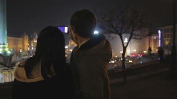 Feliz novio y novia tomando selfie en smartphone, fecha en la ciudad de noche