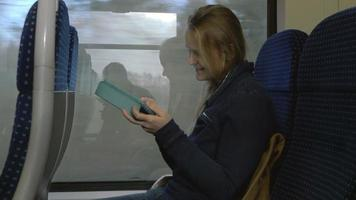 donna con tablet pc sul treno