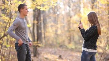 hombre fotografiando mujer telefono