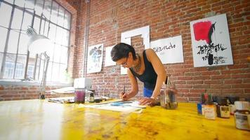 jovem artista criando obras de arte em seu ateliê