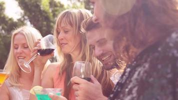 amigos felizes bebendo juntos