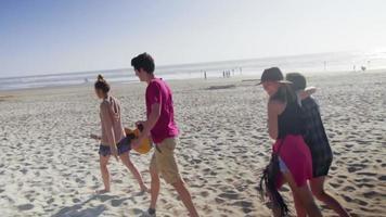 amigos caminan juntos por la playa