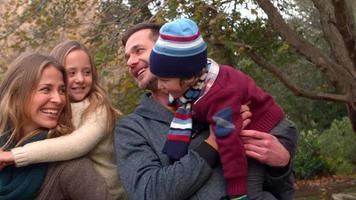 família feliz passando o dia junta video