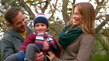 familia feliz pasando el día juntos video