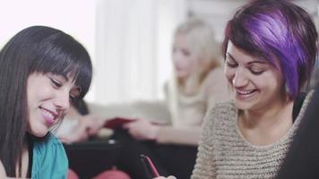chicas divirtiéndose estudiando o trabajando juntas