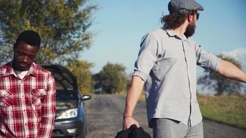 diversos amigos com problemas no carro caminham juntos