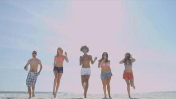 gli adolescenti multietnici si divertono insieme in spiaggia