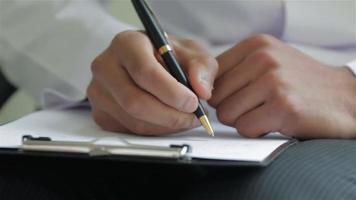 Primer plano de las manos de un médico diagnóstico de grabación