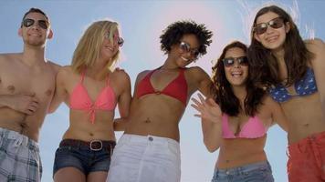 adolescentes multiétnicos diversão na praia juntos