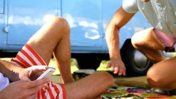 dois amigos hipster sentados e conversando