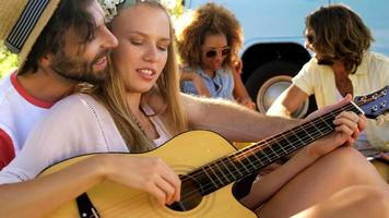 groupe d'amis hipster jouant de la musique ensemble