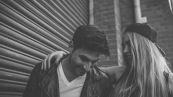 Mann und Frau zusammen im Stadtgebiet