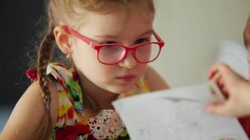 los niños dibujan lápices sobre papel