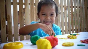 Cámara lenta de diversión niña con plastilina para niños video