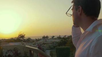 Mann mit Tablette PC bei Sonnenuntergang