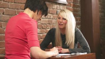 zwei attraktive Frauen unterhalten sich in einem Café