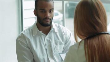Der Patient erklärt sich bereit, Ihren Arzt anzubieten