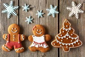 pareja de pan de jengibre de navidad y galletas de árbol foto