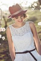 Mujer joven en el jardín de flores en primavera