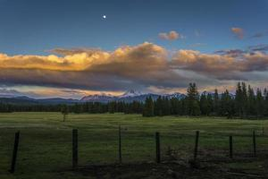 Salida de la luna por la noche y nubes de tormenta sobre el parque nacional volcánico Lassen foto