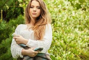 retrato al aire libre de la hermosa joven en el jardín.