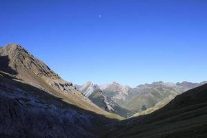 luna sobre las montañas de los pirineos