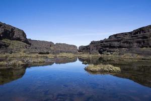 cumbre del monte roraima, una tierra volcánica negra mooscape foto